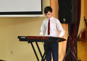 мальчик с синтезатором
