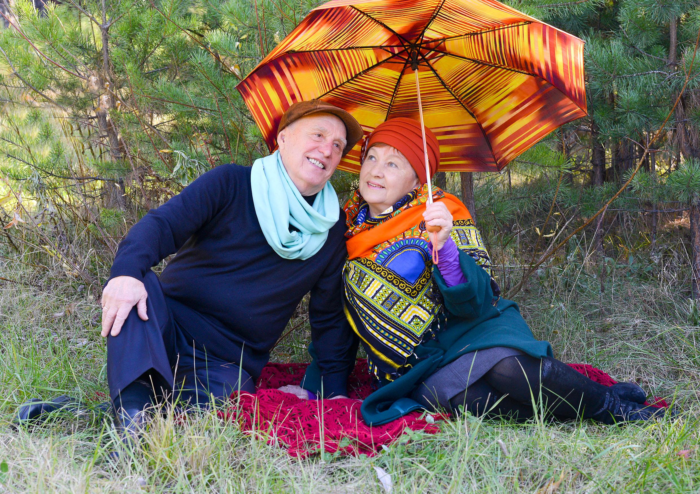 Пожилые с зонтом